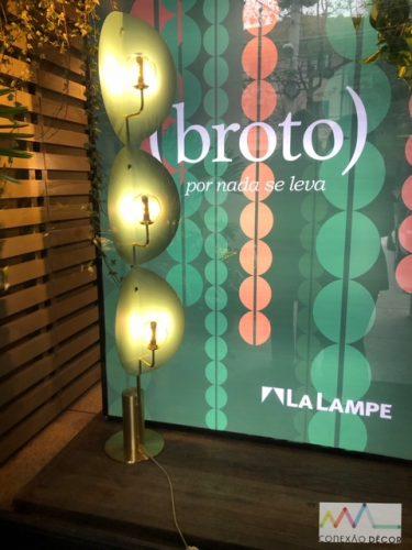 Design Week SP 2018. Vitrine da loja La Lampr com o cartaz do lançamento da coleção Broto , do estúdio Nada Se leva