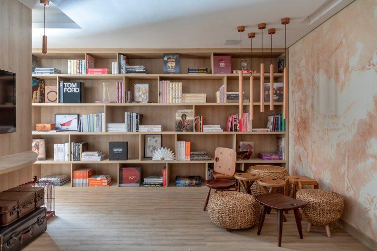 Destaques para o livro vivo, feito de plantas, uma parceria com o Atelier Wabi-Sabi, e, no ambiente de leitura, para a parede revestida com arte de Marcos Vinícius de Palma.