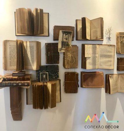 livros na parede no ambiente Livraria assinada por hannah Brauer, Bianca Prior e Regina Prior para CasaCor Rio 2018 com fotos de André Nazareth
