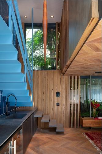 Loft construído para a Casa Cor Rio 2018, Ocupando uma caixa de vidro e aço, o dúplex é itinerante: pode ser transportado já pronto para montar, gerando menos resíduos.