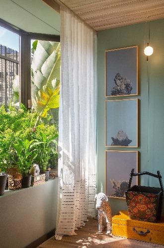 Quadros e vegetação Living Sage assinado pela arquiteta Bianca da Hora na Casa Cor Rio 2018