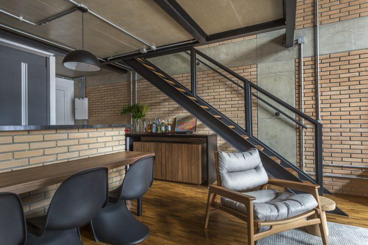 louceiro embaixo da escada no loft masculino de Korman arquitetos