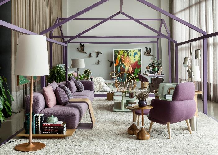 espaço com moveis em tons de lilás de Marcelo Salum para a mostra Bellacatarina