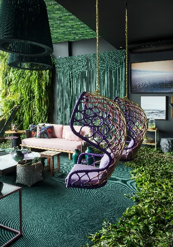 Cadeira de balanço suspensa no espaço de Juliana Pippi para mostra Bellacatarina