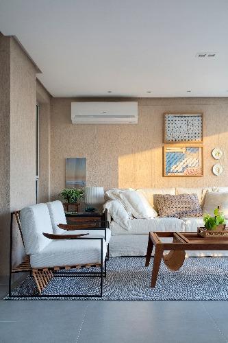 Mesa de centro com revisteiro em projeto na Barra da Tijuca assinado pela arquiteta JACIRA PINHEIRO - Mesa de centro Duran assinada por Zanini de Zanine, do Arquivo Contemporâneo em móveis funcionais