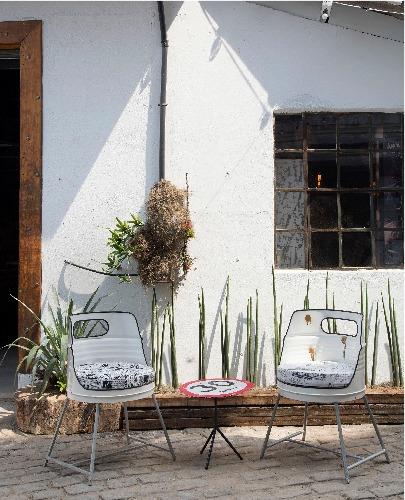 Mostra de decoração Upcycling, na antiga fábrica Bhering. Na área externa, cadeiras de tambor de óleo e mesa de apoio com tampo de placa de trânsito