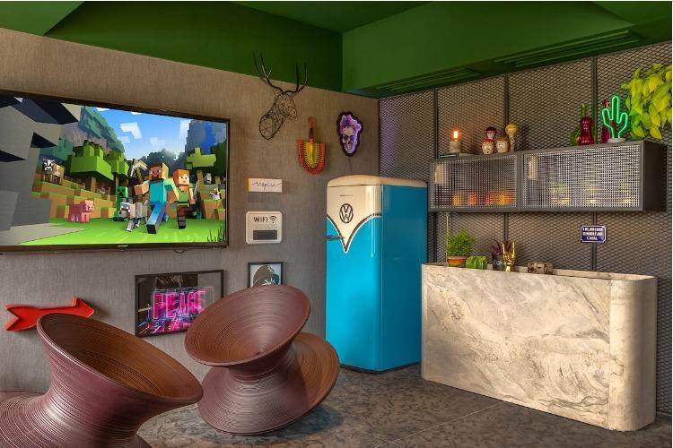 Living descontraído, com geladeira retro e teto verde.