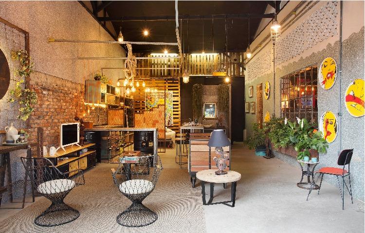 Mostra de decoração upcycling na antiga fábrica Bhering.Vista geral do loft idustrial sustentável com 55m2: o tapete da sala de estar é feito de garrafa PET.