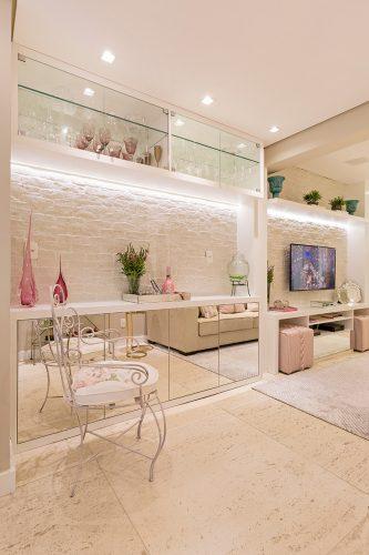 Sala de tijolinhos brancos do apto compacto e romantico assinado por Monique Rosa e fotos de Julia Ribeiro