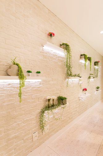 Sala do apto compacto e romantico assinado por Monique Rosa e fotos de Julia Ribeiro
