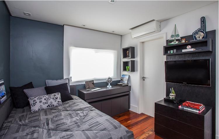 Urbanidade dá o tom para apartamento de família em SP. Quarto do filho em tons de cinza e marcenaria na cor preta.