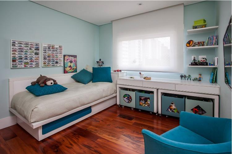 Urbanidade dá o tom para apartamento de família em SP. Quarto do filho menor, decorado em tons de azul e na parede um nicho para a coleção de carrinhos.