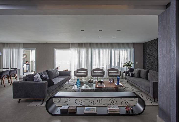Urbanidade dá o tom para apartamento de família em SP, sala ampla com dois sofás na cor cinza.