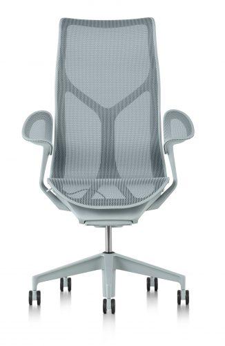 O nome da nova cadeira da Herman Miller - COSM - é uma referência ao cosmo, já que ela conta com tecnologia e ergonomia que prometem fazer o usuário esquecer a gravidade por proporcionar uma sensação de leveza extrema. Na cor cinza com espaldar alto.