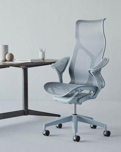 O nome da nova cadeira da Herman Miller - COSM - é uma referência ao cosmo, já que ela conta com tecnologia e ergonomia que prometem fazer o usuário esquecer a gravidade por proporcionar uma sensação de leveza extrema. Cadeira com espaldar alto na cor cinza.