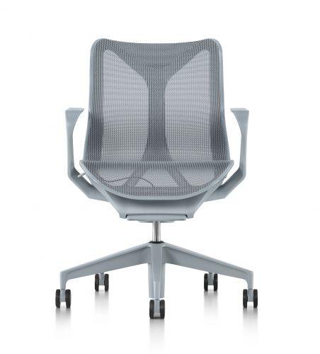 O nome da nova cadeira da Herman Miller - COSM - é uma referência ao cosmo, já que ela conta com tecnologia e ergonomia que prometem fazer o usuário esquecer a gravidade por proporcionar uma sensação de leveza extrema.