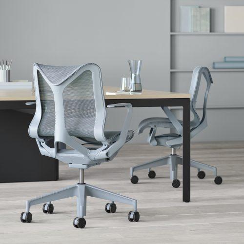 O nome da nova cadeira da Herman Miller - COSM - é uma referência ao cosmo, já que ela conta com tecnologia e ergonomia que prometem fazer o usuário esquecer a gravidade por proporcionar uma sensação de leveza extrema. Na cor cinza.