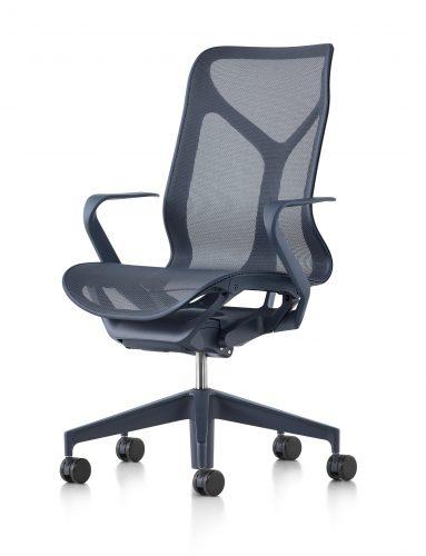 O nome da nova cadeira da Herman Miller - COSM - é uma referência ao cosmo, já que ela conta com tecnologia e ergonomia que prometem fazer o usuário esquecer a gravidade por proporcionar uma sensação de leveza extrema. Na cor preta com braços e espaldar médio.