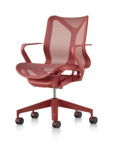 O nome da nova cadeira da Herman Miller - COSM - é uma referência ao cosmo, já que ela conta com tecnologia e ergonomia que prometem fazer o usuário esquecer a gravidade por proporcionar uma sensação de leveza extrema. Na cor vermelha com espaldar baixo.