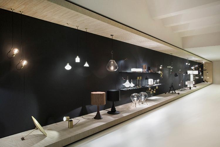 Caixa projetada pelo designer Jader Almeida especialmente para expor sua vasta coleção de luminárias