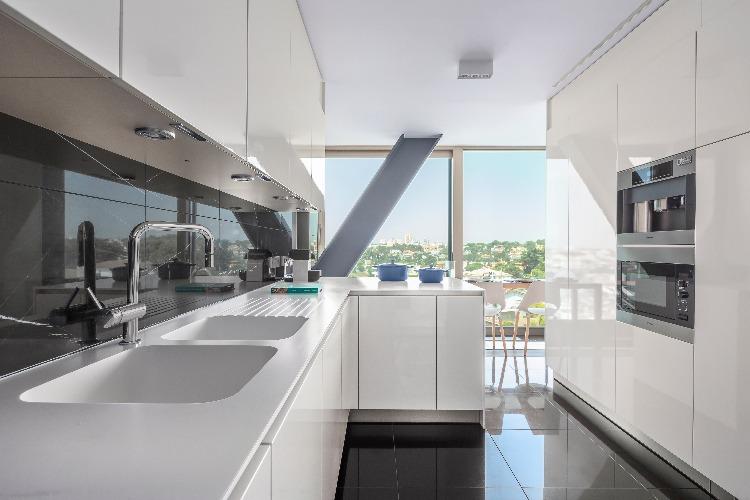 cozinha do apartamento em portugal assinado por Carolina Freitas e Gabriela Eloy