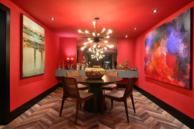 Sala de jantar no ambiente pintada de vermelho por Ivan Andrade para a Mostra Elite Design