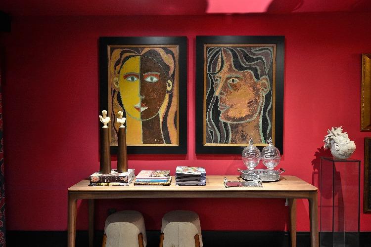 Aparador com quadros na Sala pintada de vermelho por Ivan Andrade para a Mostra Elite Design