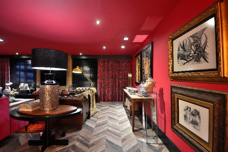 Sala pintada de vermelho por Ivan Andrade para a Mostra Elite Design