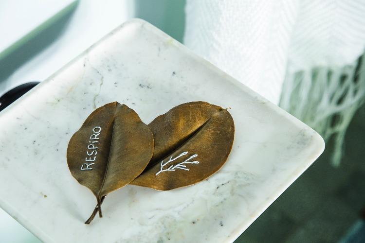 Folhas bordadas por Clarice Borian para ambiente de Juliana Pippi na CasaCor SC