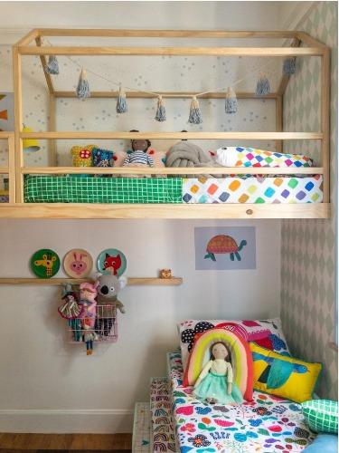 Cama com armação de casinha para mostra de decoração aonde as crianças são protagonistas.