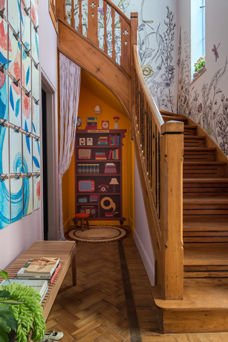 Escada de madeira de uma casa antiga , com as paredes pintadas para mostra de decoração aonde as crianças são protagonistas.