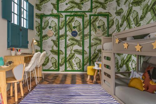 Quarto dos irmãos , com beliche a parede revestida em papel com desenhos de folhas, para mostra de decoração aonde as crianças são protagonistas.