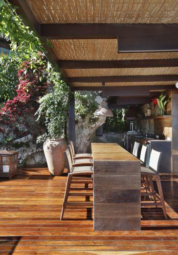 Paisagismo assinado por Anna Luiza Rothie sob encomenda pela designer Paola Ribeiro para uma casa em Angra