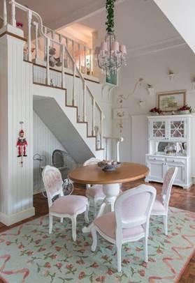 Projeto infantil reproduz perfeitamente, em miniatura, a clássica fazenda da família. Replica da sala de jantar da fazenda , em escala infantil.