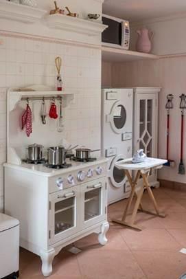 Projeto infantil reproduz perfeitamente, em miniatura, a clássica fazenda da família. Replica de uma mini cozinha, com fogão e lavadora em escala infantil.