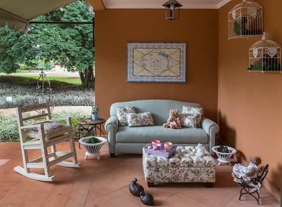 Projeto infantil reproduz perfeitamente, em miniatura, a clássica fazenda da família. Replica da varanda da familia, com sofá e cadeira de balanço , tudo em escala infantil.