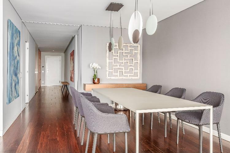 Sala de jantar do apartamento em portugal assinado por Carol Freitas e Gabriela Eloy