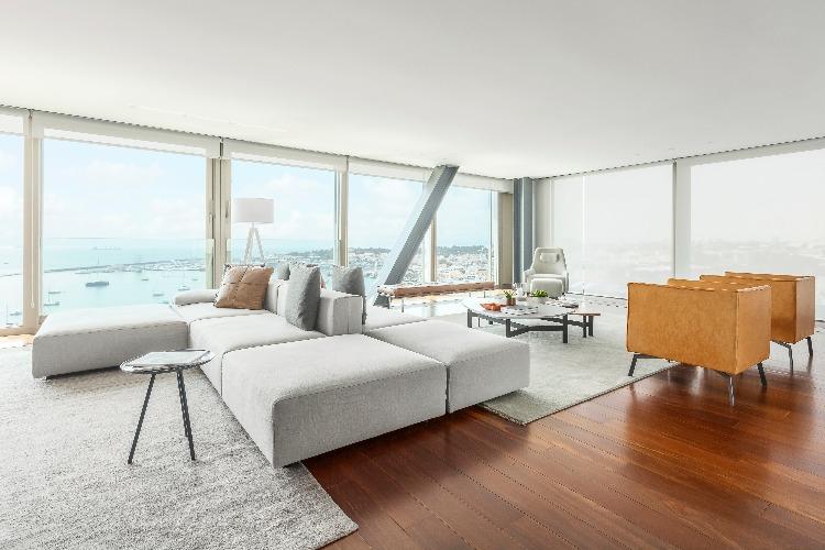Sala do apartamento em portugal assinado por Carol Freitas e Gabriela Eloy