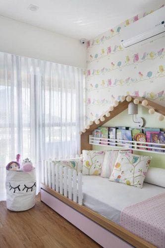 quarto dos filhos com cama em formato de casinha no apto assinado por Bezamat Arquitetura
