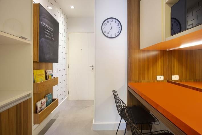 cozinha com bancada laranja no apto assinado por Bezamat Arquitetura