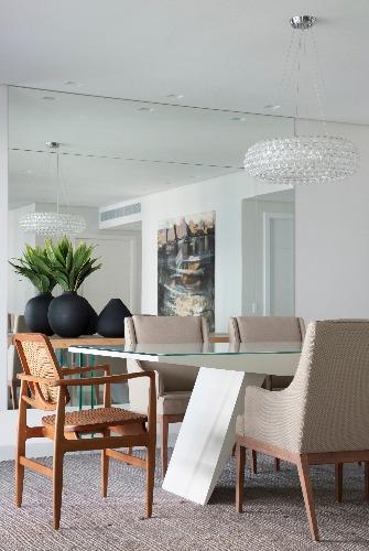 sala de jantar com cadeiras e espelho assinado por Jacira pinheiro