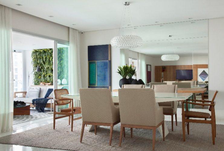 sala de jantar junto a varanda no apartamento assinado por Jacira Pinheiro