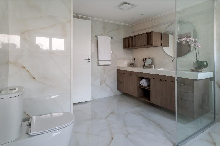 Cobertura em São Paulo com 540m² e cheia de boas ideias. Banheiro do casal com revestimento porcelanato onix.