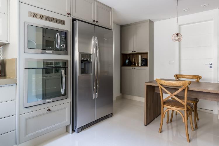 Cobertura em São Paulo com 540m² e cheia de boas ideias. Cozinha com forno embutido no armário.