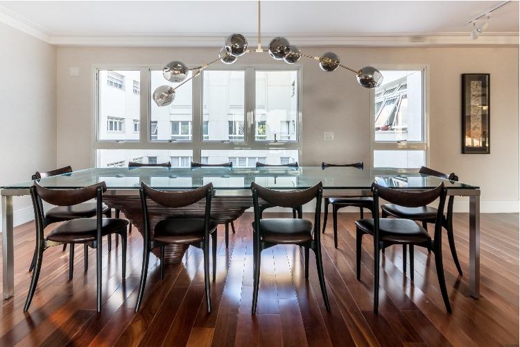 Cobertura em São Paulo com 540m² e cheia de boas ideias. Sala de jantar com mobiliário de design nacional.