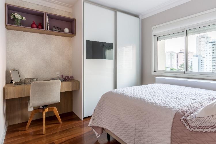 Cobertura em São Paulo com 540m² e cheia de boas ideias. Armário em frente a cama com televisão embutida na porta.