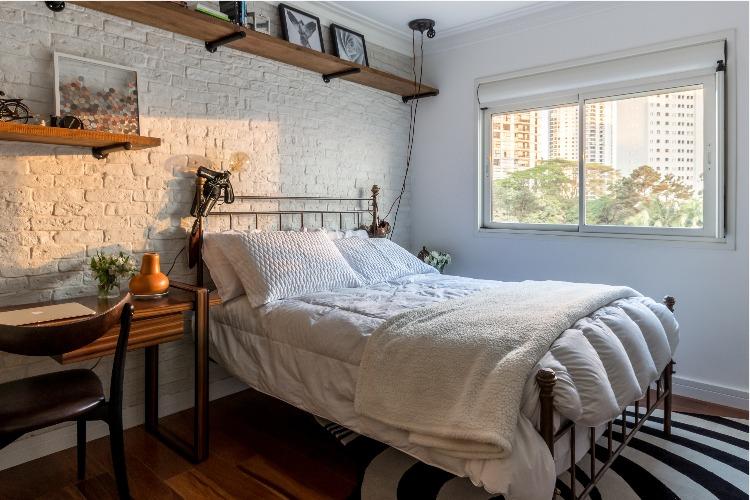 Cobertura em São Paulo com 540m² e cheia de boas ideias. Parede da cama com tijolinho branco.
