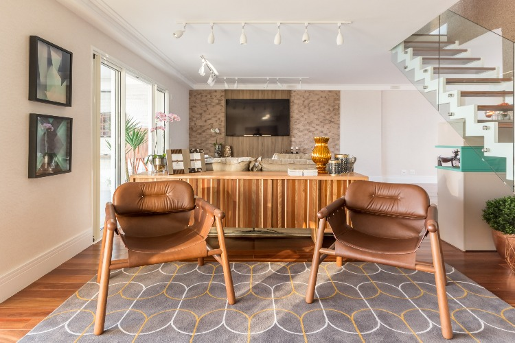 Cobertura em São Paulo com 540m² e cheia de boas ideias. Living decorado com mobiliário de design nacional.