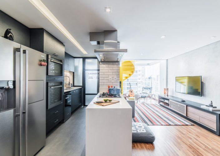 cozinha com moveis cinza no apartamento assinado por Pietro Terlizzi