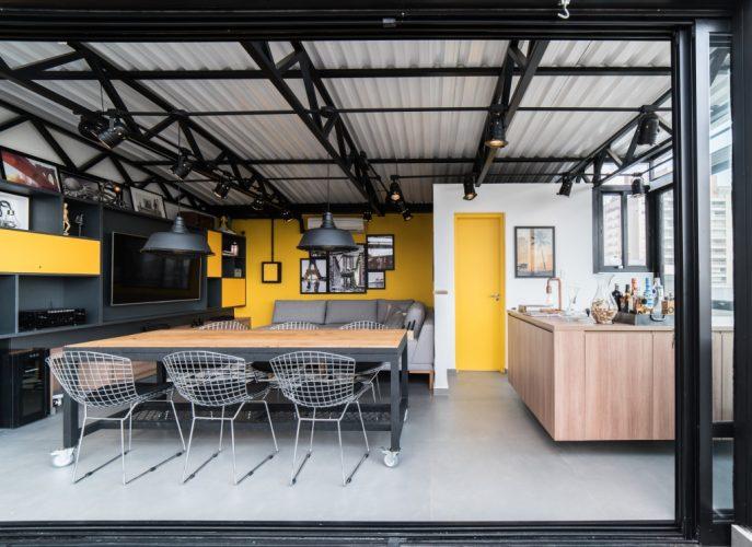 A mesa, desenhada pelo escritório de arquitetura, tem rodízios para se movimentar facilmente no apartamento duplex de Pietro Terlizzi